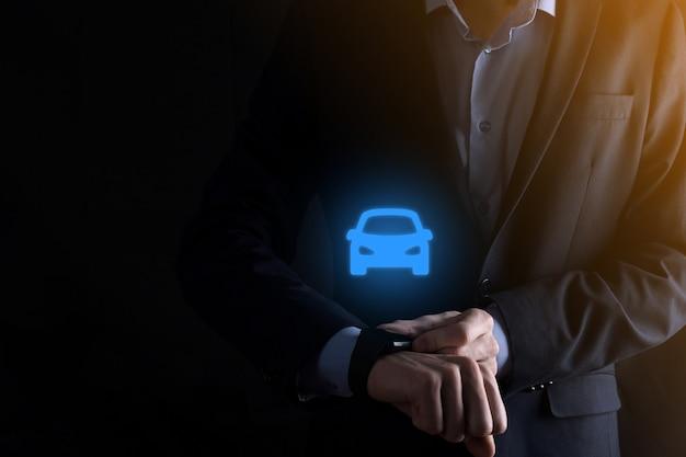 車のアイコンを保持している人のデジタルコンポジット。自動車保険と自動車サービスの概念 Premium写真