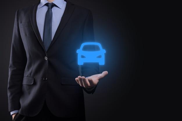 車のアイコンを保持している人のデジタルコンポジット。自動車保険と自動車サービス Premium写真