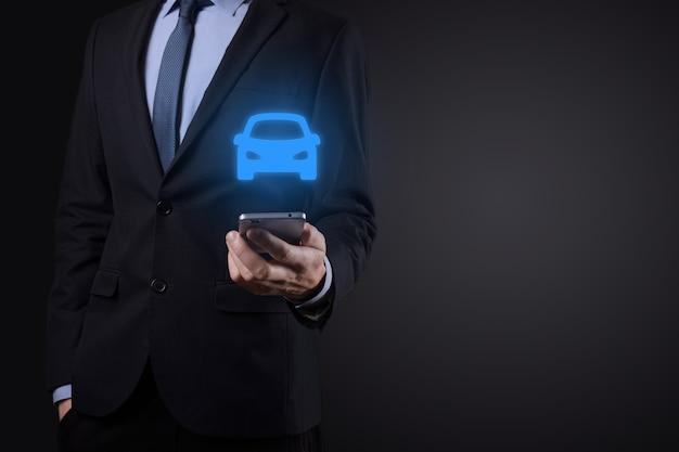 車のアイコンを保持している男のデジタル合成。 Premium写真