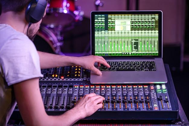 Цифровой микшер в студии звукозаписи, с компьютером для записи музыки. Бесплатные Фотографии