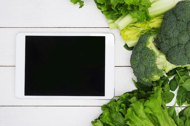 黒い画面と野菜、健康食品のコンセプトを持つデジタルタブレット 無料写真