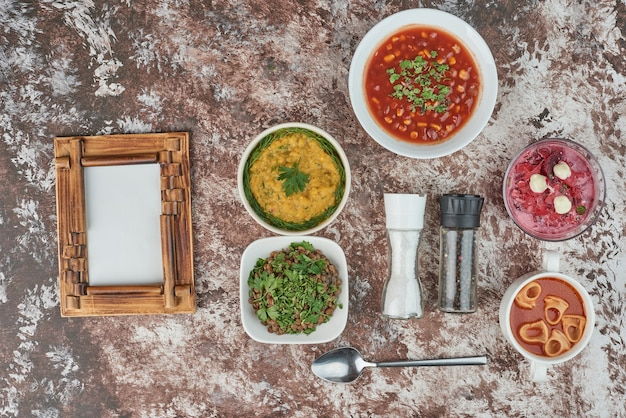 大理石の背景のディナーメニュー。 無料写真