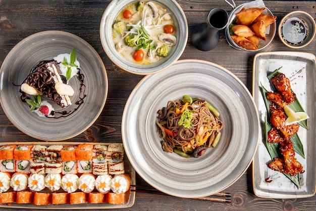 Обеденный набор с суши-супом, жареной куриной лапшой и пирожным Бесплатные Фотографии