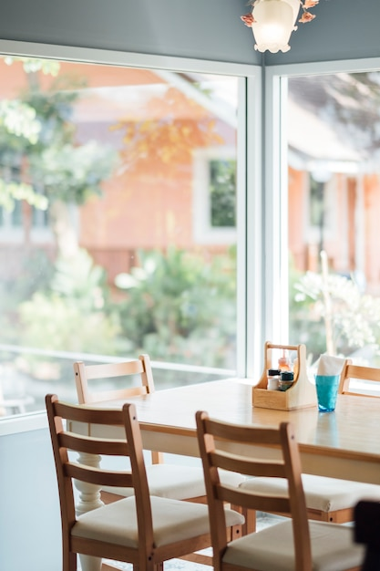 日光の下で夕食のテーブル 無料写真