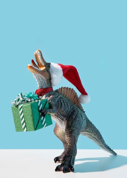 Regalo della holding del giocattolo del dinosauro Foto Gratuite