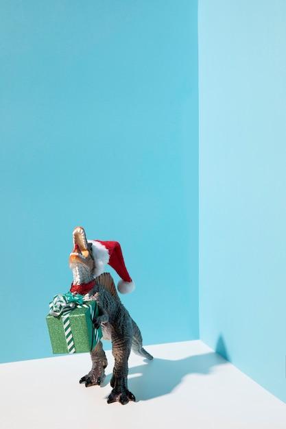 プレゼントを持っている恐竜のおもちゃ 無料写真