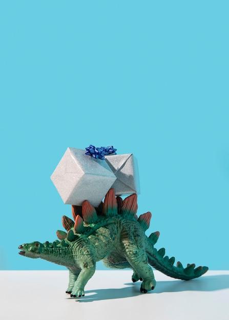 Giocattolo di dinosauro che indossa doni Foto Gratuite