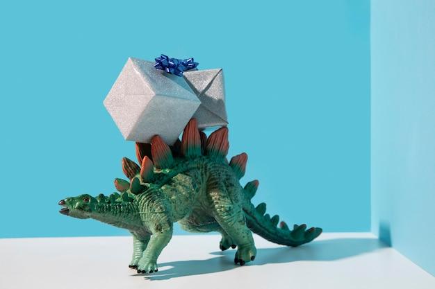 プレゼントを着ている恐竜のおもちゃ 無料写真