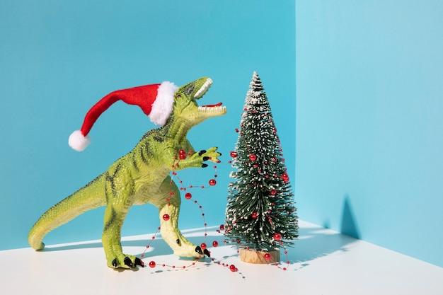 크리스마스 트리 근처 Dinousaur 장난감 무료 사진