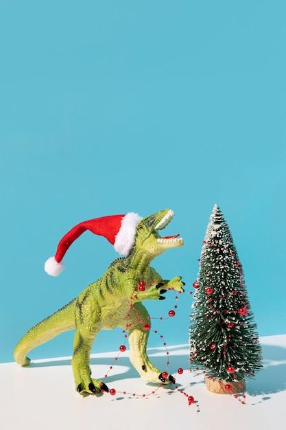 장식 된 크리스마스 트리 근처 Dinousaur 장난감 무료 사진