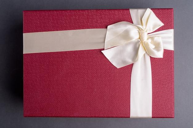 회색에 선물 상자의 샷 바로 위에 프리미엄 사진