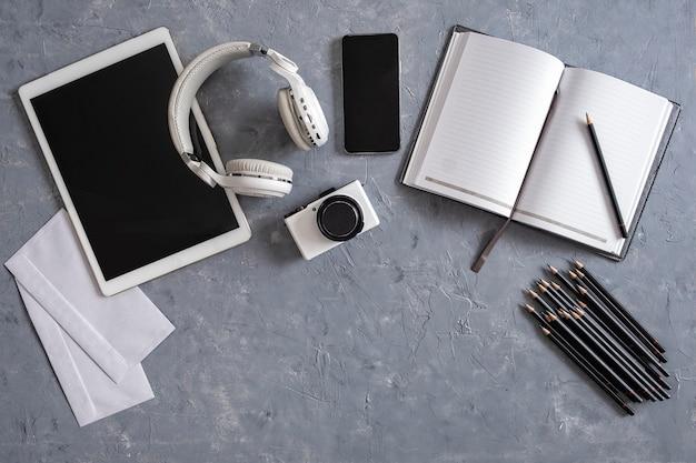 회색 배경에 사무실 책상과 편지지 바로 위에 프리미엄 사진