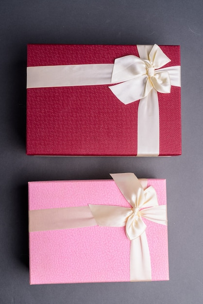 회색에 두 개의 선물 상자 샷 바로 위에 프리미엄 사진