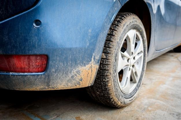 車に沼スプレーで汚れた車のホイール。 Premium写真