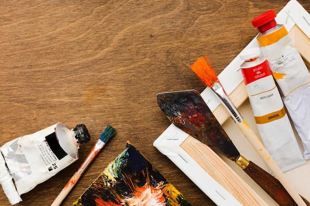Грязные инструменты для рисования и акварельные тюбики Бесплатные Фотографии