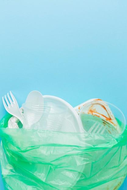 Грязные пластиковые отходы в копировальном пространстве мешка Premium Фотографии