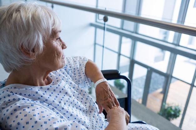 病院の病院の通路で車椅子の高齢患者を無効に Premium写真