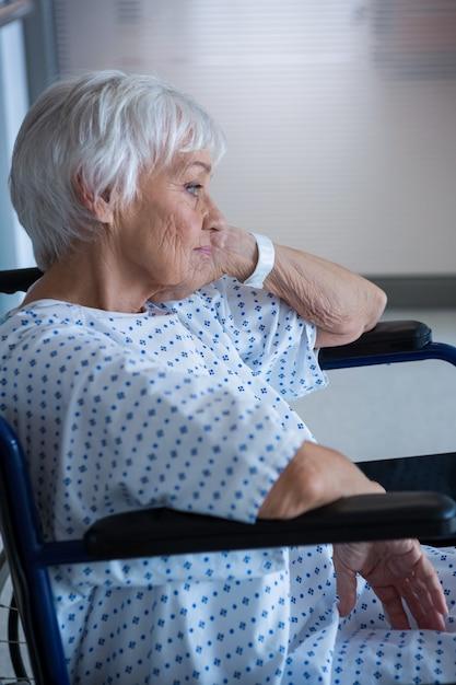 病院の通路で車椅子の高齢患者を無効に Premium写真
