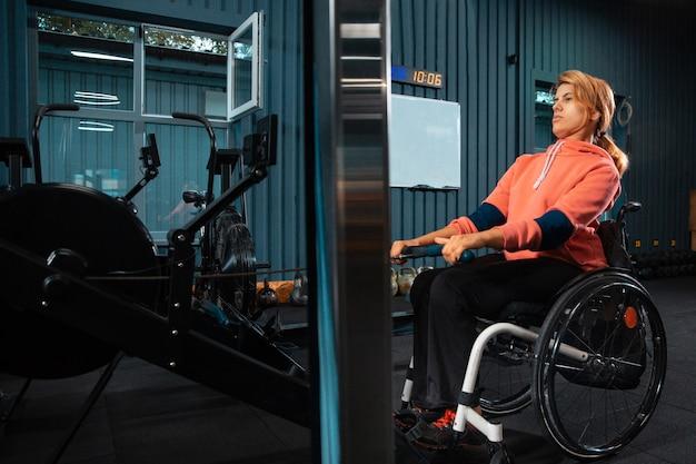 Donna disabile formazione nella palestra del centro di riabilitazione Foto Gratuite