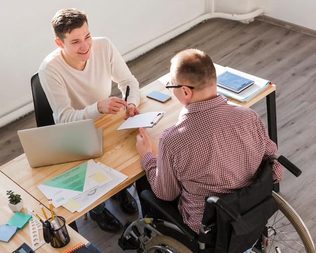 障害者が契約のために書類に記入する 無料写真