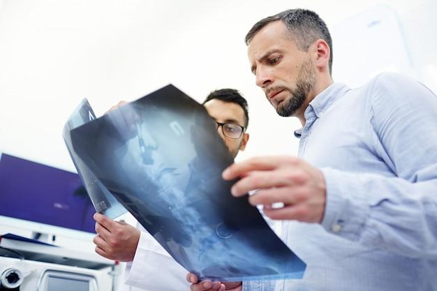 脊髄の問題を議論する 無料写真
