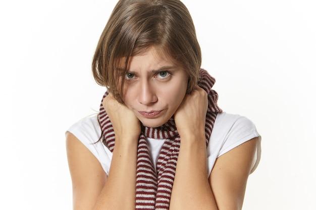 Malattia, condizione di salute, malattia e concetto di malattia. chiudere l immagine della ragazza triste con mal di gola in posa. giovane donna depressa con espressione dolorosa, con sintomi influenzali Foto Gratuite