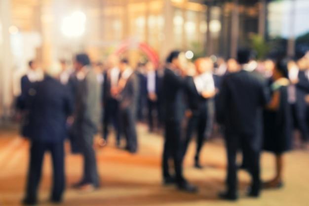Disfocus группы людей, говорящих о бизнес-проекте Premium Фотографии