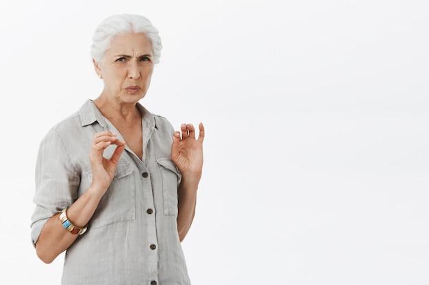 Nonna schizzinosa disgustata che fa smorfie e guarda con avversione Foto Gratuite