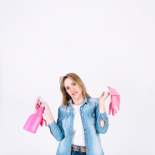 スプレーボトルと手袋をかけた嫌な女性 無料写真
