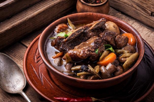 Блюда из говядины бургиньон Premium Фотографии