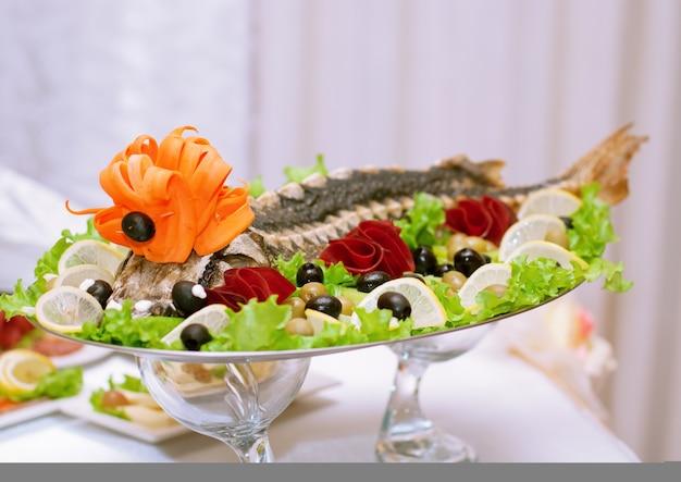 果物と野菜の美しいデザインのチョウザメの料理 Premium写真