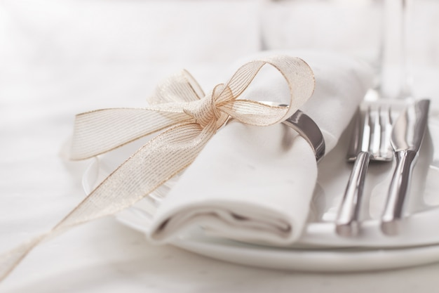 Dish with cutlery and a napkin with a bow Free Photo