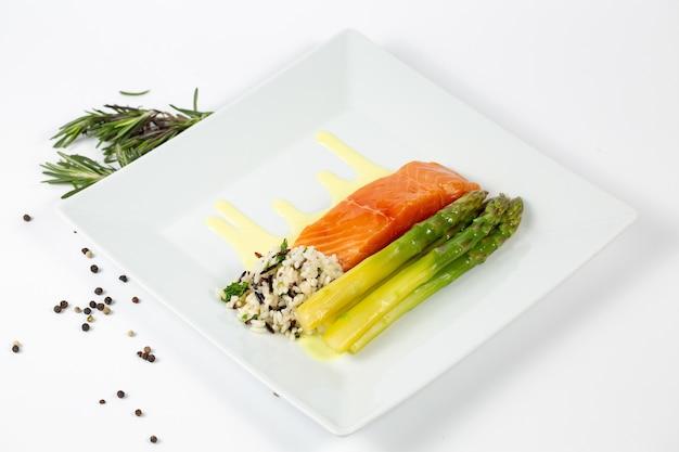 Блюдо со свежей рыбой, спаржей и рисом на тарелке Бесплатные Фотографии