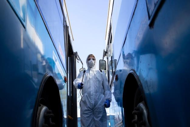 公共交通機関の消毒と消毒。 Premium写真