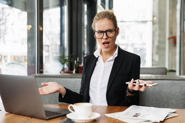 Недоволен растерянной бизнес-леди Бесплатные Фотографии