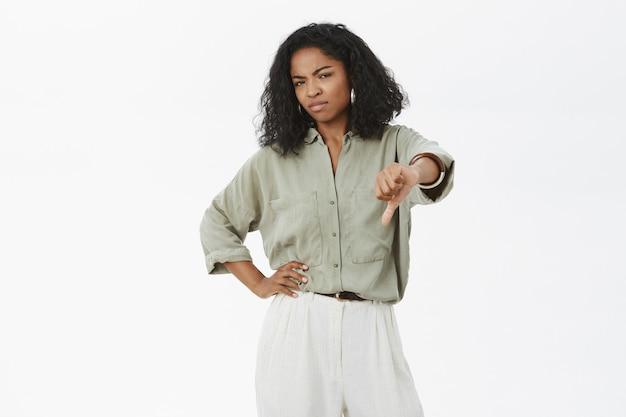 Dispiaciuto schizzinoso elegante e attratice datore di lavoro afroamericano femminile antipatia Foto Gratuite