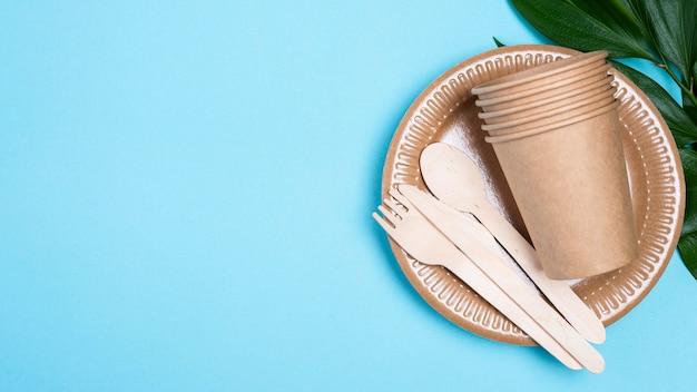 Одноразовые тарелки с чашками и копией столовых приборов Бесплатные Фотографии