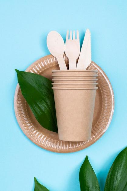 Одноразовые тарелки с чашками и столовыми приборами Бесплатные Фотографии
