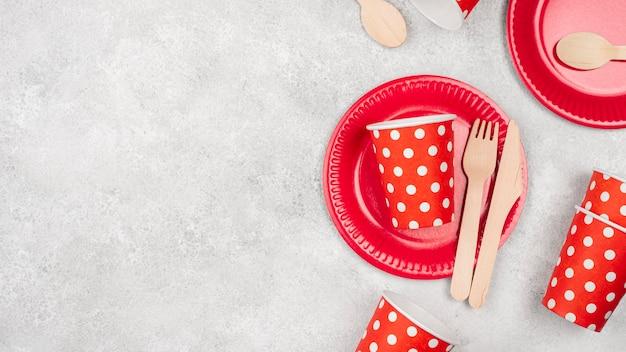 Расстановка одноразовой посуды из чашек и тарелок Бесплатные Фотографии