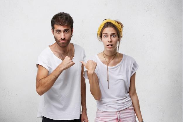 Недовольные мужчина и женщина обвиняют друг друга в ошибке Бесплатные Фотографии