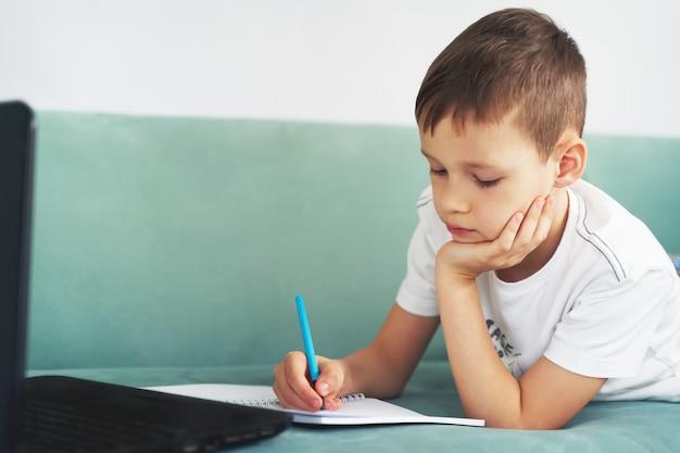 学生と自宅で遠隔学習。学生は自宅で勉強します。 Premium写真