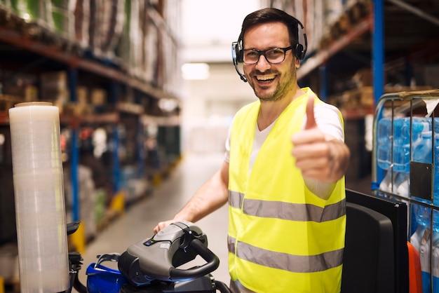 Работник склада распределения с гарнитурой для связи по организации доставки товаров Бесплатные Фотографии