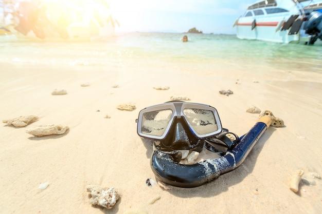 Dive mask and snorkel, snorkelling Premium Photo