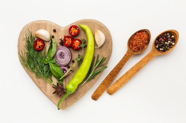 木の板に調味料の多様性 無料写真