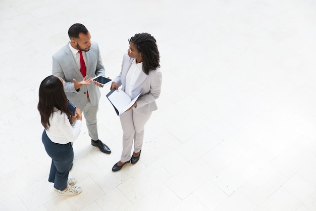 Diverse business colleagues discussing work issues Free Photo