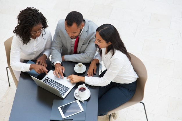 Diverse business group working on laptop Free Photo