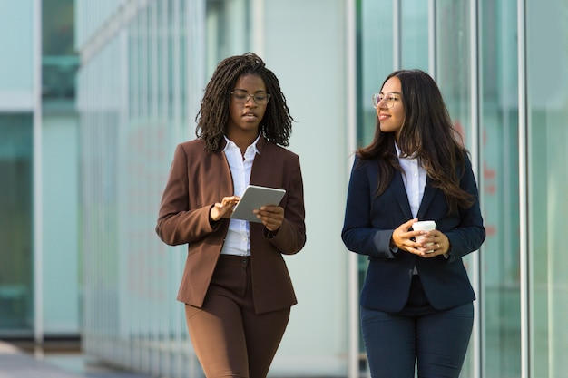 Diverse female business colleagues Free Photo