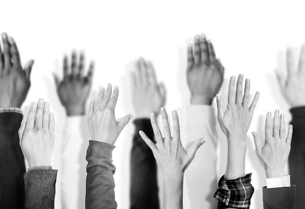 Разнообразная группа поднятых рук Premium Фотографии