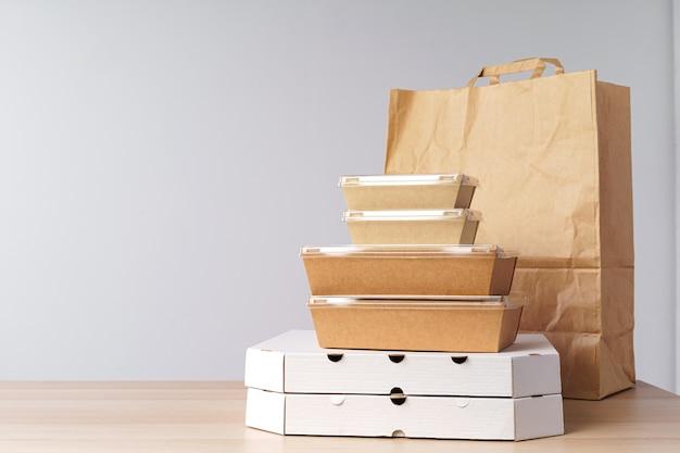 持ち帰り用食品の多様な容器。食品配達 Premium写真
