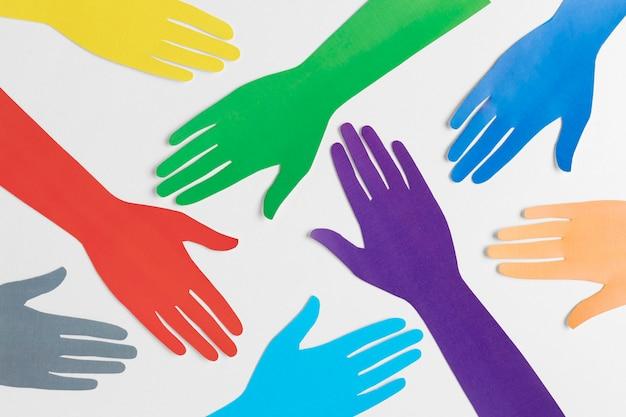 異なる色の紙の手で多様性の品揃え Premium写真